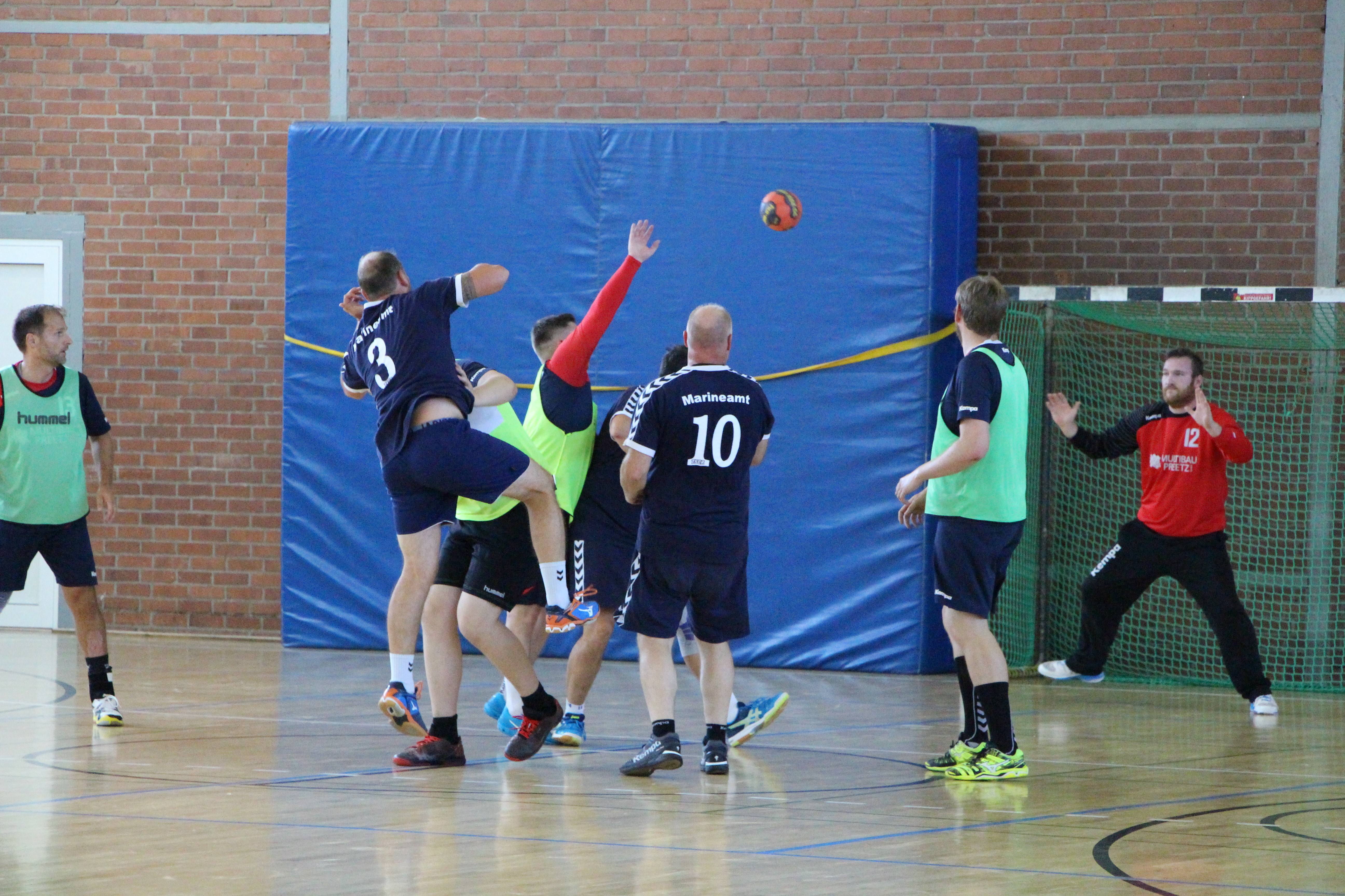 Knappe Entscheidungen, harte Fights, großer Erfolg Handballer setzen soziales Engagement fort