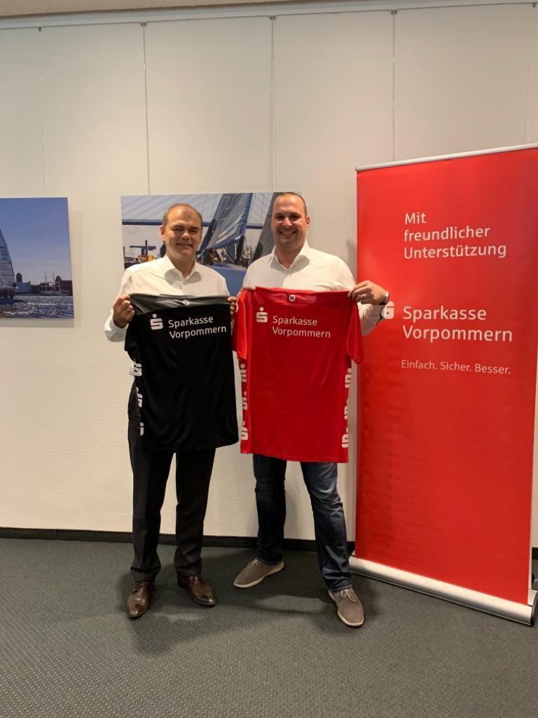 Schwarz – Rot – Gold ??? Holger Schnell (Gebietsleiter der Sparkassen Rügen – Stralsund) drückt dem SHV die Daumen, dass es in diesem Jahr klappt mit dem Aufstieg.