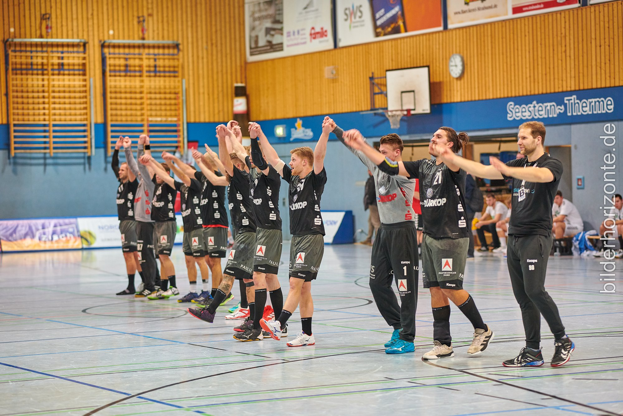 3. Liga, wir kommen! Stralsunder HV krönt Meistertitel mit dem Aufstieg  Handballer nehmen das Aufstiegsrecht wahr und treffen in der kommenden Saison auf den HC Empor Rostock und die Stiere aus Schwerin